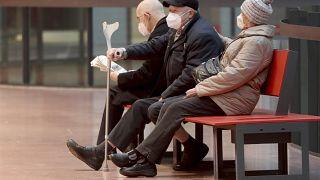 Des personnes portant des masques de protection FFP2 dans un centre commercial à Vienne, en Autriche, le 25 janvier 2021