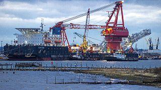 """Schlepper bringen das russische Verlegeschiff """"Fortuna"""" im Hafen von Wismar in Position, 14.01.2021"""