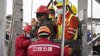 Çin'de 2 hafta sonra madenden kurtarılan bir işçi. İşçinin gölzeri sağlık gerekçeleri nedeniyle kapalı.