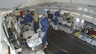 Pazienti covid-19 trasportati in aereo dall'est della Francia a Bordeaux - 27.3.2020