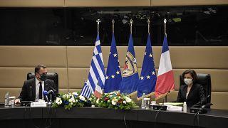 وزيرة الدفاع الفرنسية فلورنس بارلية ونظيرها اليوناني نيكوس باناجيوتوبولوس في أثينا.