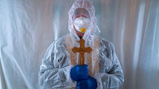 Un sacerdote de la Iglesia greco-católica ucraniana en la entrada de la unidad de cuidados intensivos del hospital de Lviv, Ucrania, el 9 de enero de 2021.