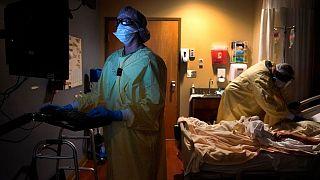 تلاش برای نجات یک بیمار مبتلا به کووید-۱۹ در بیمارستانی در آمریکا