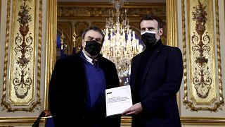 الرئيس الفرنسي إيمانويل ماكرون يلتقي بالمؤرخ بنيامين ستورا أثناء تلقيه التقرير الخاص بذكرى الاستعمار والحرب الجزائرية في قصر الإليزيه في باريس، 20 كانون الثاني/ يناير 2021.