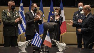 La ministra de Defensa francesa, Florence Parly y su homólogo griego, Nikos Panagiotopoulos aplauden tras la firma del acuerdo  en Atenas, el 25 de enero de 2021.