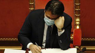El primer ministro italiano, Giuseppe Conte, asiste a un debate en el Senado antes de un voto de confianza, en Roma, el martes 19 de enero de 2021.