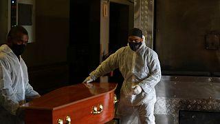 العاملون مجال صناعة النعوش ومحارق الجثث تحت الضغط بسبب ارتفاع الوفيات جراء كوفيد- 19 في كيب تاون. جنوب أفريقيا