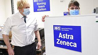 Dem britischen Premierminister Boris Johnson wird gezeigt, wie der Versand des Coronavirus-Impfstoffs von Astrazeneca an Kliniken erfolgt, 25.01.2021