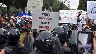 عناصر الشرطة خلال مظاهرة في تونس العاصمة.