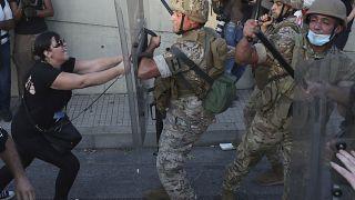 متظاهرة تشتبك مع جنود لبنانيين خلال احتجاج في بيروت. 12أيلول/ سبتمبر 2020