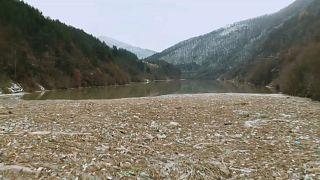 Isla de basura antes de ser retirada del río Svoge