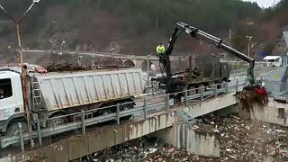 Perché un'ondata di spazzatura ha intasato un fiume in Bulgaria