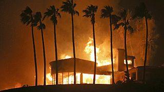 Kaliforniya'nın ünlü Malibu semtinde yanan bir ev. (2018)