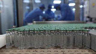 عبوات للقاح أسترازينيكا قبل تغليفها في معمل لإنتاج الأدوية بالهند