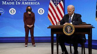 الرئيس الأمريكي جو بايدن يوقع على أمر تنفيذي بشأن التصنيع الأمريكي في قاعة المحكمة الجنوبية بمجمع البيت الأبيض في واشنطن