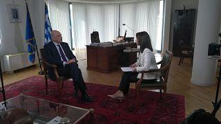 Ο υπουργός Εξωτερικών, Νίκος Δένδιας, και η ανταποκρίτρια του euronews στις Βρυξέλλες, Έφη Κουτσοκώστα
