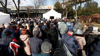 Oltásra várakozó emberek az oltóközponttá alakított Belgrádi Vásárcsarnok bejárata előtt