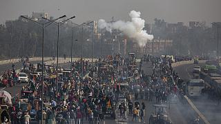 Ινδοί αγρότες απέναντι σε αστυνομικές δυνάμεις στο Νέο Δελχί