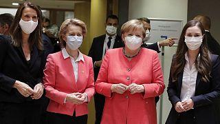از راست: سانا مارین، نخست وزیر فنلاند؛ آنگلا مرکل، صدراعظم آلمان؛ اورزولا فن در لاین، رئیس کمیسیون اتحادیه اروپا و سوفی ویلمز، نخست وزیر بلژیک