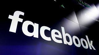 A Facebook logója a Nasdaq kijelzőjén