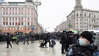 الشرطة تعتقل متظاهرا خلال مسيرة لدعم زعيم المعارضة المسجون أليكسي نافالني في وسط موسكو في 23 يناير 2021.