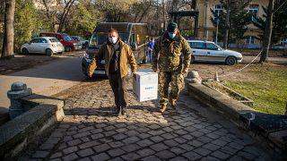 Koronavírus elleni oltóanyagot visznek a Dél-pesti Centrumkórházba