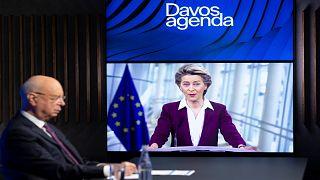 كلاوس شواب، مؤسس ورئيس المنتدى الاقتصادي العالمي ينصت إلى كلمة رئيسة المفوضية الأوروبية- 26 يناير 2021