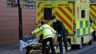 Un paciente es empujado en un carrito desde una ambulancia afuera del Royal London Hospital en el este de Londres.