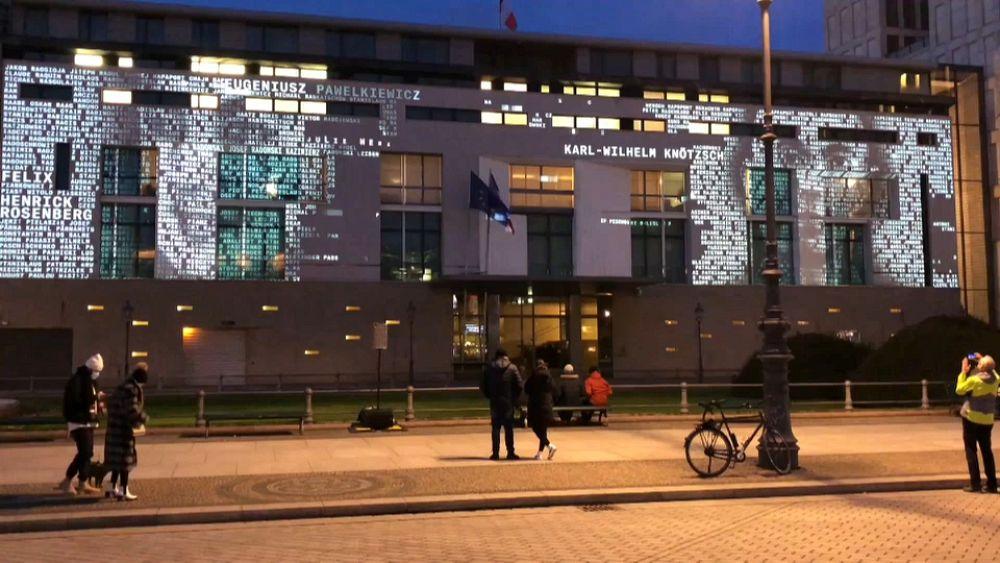 Holokauszt-áldozatok névsora borítja a francia nagykövetség homlokzatát Berlinben