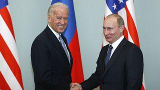 El entonces vicepresidente de Barack Obama, Joe Biden, estrecha la mano del presidente Vladimir Putin en Moscú, Rusia. El 10 de marzo de 2011. (Archivo)