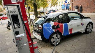 Archives : voiture électrique en rechargement à Hambourg (Allemagne), le 28/10/2017