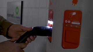 Un usuario pone a cargar su coche eléctrico