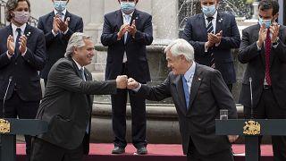 Los presidente de Argentina y Chile chocan sus puños en Santiago de Chile