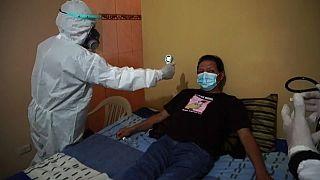 Un paciente con COVID-19 atendido por las brigadas médicas nocturnas en Lima