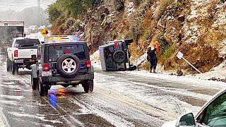 Felborult terepjáró egy kaliforniai úton szombaton - a helyzet azóta csak rosszabb lett