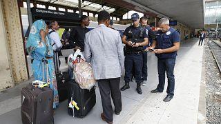 Agentes de policía controlan documentos de identidad en la estación de tren de Saint-Charles, en Marsella, sur de Francia. (Archivo)
