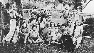 6 Nisan 1944'te ölüm kamplarına gönderilmelerinden kısa bir süre önce, Fransa'daki Izieu çocuk evindeki Yahudi çocuklar