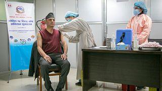 طبيب نيبالي يتلقى جرعة لقاح كورونا