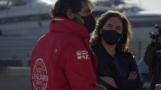 La alcaldesa de Barcelona, Ada Colau, junto al director de la ONG Open Arms, durante una visita el miércoles 27 de enero de 2020.