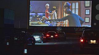 السعودية نيوز |      شاهد: سعوديون يقبلون على سينما السيارات في الرياض لأول مرة  في زمن الجائحة
