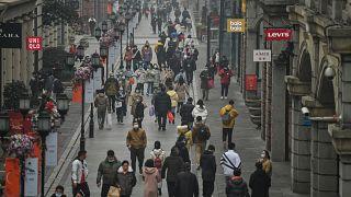 شارع للمشاة في ووهان بمقاطعة هوبي بوسط الصين بعد عام على إغلاق المدينة للحد من انتشار كورونا