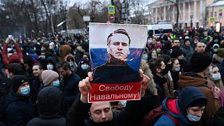 متظاهرون روس يحملون صورة نافالني