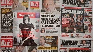 """صورة الممثلة ميلينا رادولوفيتش تظهر على واجهة إحدى الصحف الصربية في بلغراد، بعد أن أثارت موضوع """"مي تو""""، بشأن اتهامها لمدرسها باغتصابها الأسبوع الماضي. 2021/01/26"""