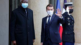 Le président français Emmanuel Macron sur le perron de l'Elysée avec son hôte, le président de la transition malienne, Bah N'daw, le 27/01/2021
