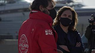 Die Bürgermeisterin von Barcelona, Ada Colau, mit dem Vorsitzenden der allgemeinnützigen Organisation Open Arms, 27. 01.2020.