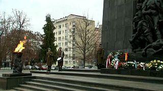 Gedenken an Holocaust-Opfer: Blumen am Warschauer Ghetto-Ehrenmal