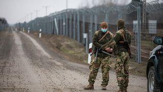 Katonák Kelebia közelében, a magyar-szerb határon, az ideiglenes biztonsági határzárnál 2020. december 18-án,