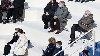 Vermont Bağımsız Senatörü Bernie Sanders'ın yemin törenindeki oturuşu ve kıyafetleri sosyal medyada yüzbinlerce kere paylaşıldı