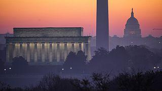 نصب لينكولن على اليسار ومعلم واشنطن يليه مبنى الكابيتول. 2020/11/08