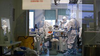 Άνιση μάχη με την πανδημία
